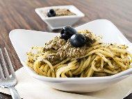 Сос песто с черни маслини, босилек, кашу и Пармезан
